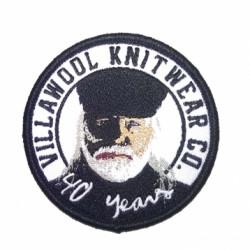 Kudottu kangasmerkki logolla